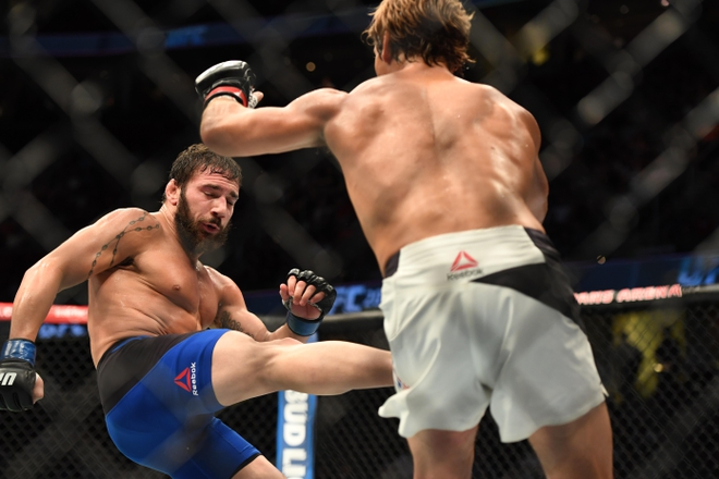 Os chutes baixos de Jimmie Rivera arrasaram a perna de Urijah Faber (Foto: John David Mercer-USA TODAY Sports)
